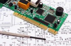 Ferramentas da placa e da precisão de circuito impresso no diagrama da eletrônica, tecnologia Imagem de Stock