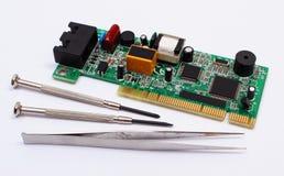 Ferramentas da placa e da precisão de circuito impresso no fundo branco, tecnologia Imagens de Stock