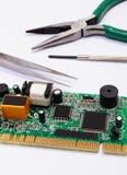 Ferramentas da placa e da precisão de circuito impresso no fundo branco, tecnologia Imagem de Stock