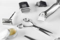 Ferramentas da preparação do ` s dos homens Branco de Barber Equipment And Supplies On Foto de Stock