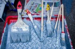 Ferramentas da renovação da casa Grupo de escova de pintura na bandeja da pintura Fotos de Stock