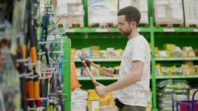 Ferramentas de compra do indivíduo adulto na loja vídeos de arquivo