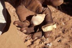 Ferramentas de corte antigas na mão aborígene fotografia de stock