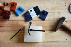 Ferramentas de couro do ofício para a porta-chaves feito a mão e o saco pequeno Imagens de Stock