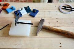 Ferramentas de couro do ofício para a porta-chaves feito a mão e o saco pequeno Fotos de Stock Royalty Free