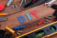 Ferramentas de funcionamento de DIY Ferramentas de funcionamento na tabela de madeira Projeto da placa de DIY com ferramentas de  Imagem de Stock