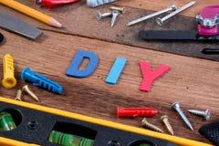 Ferramentas de funcionamento de DIY Ferramentas de funcionamento na tabela de madeira Projeto da placa de DIY com ferramentas de  Imagem de Stock Royalty Free