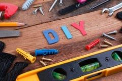 Ferramentas de funcionamento de DIY Ferramentas de funcionamento na tabela de madeira Projeto da placa de DIY com ferramentas de  Fotografia de Stock Royalty Free