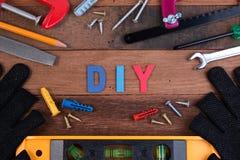 Ferramentas de funcionamento de DIY Ferramentas de funcionamento na tabela de madeira Projeto da placa de DIY com ferramentas de  Fotografia de Stock