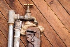 Ferramentas de funcionamento, encanamento, tubulações e torneiras Foto de Stock