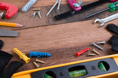 ferramentas de funcionamento Grupo de ferramentas de funcionamento no fundo de madeira Fotografia de Stock