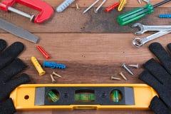 ferramentas de funcionamento Grupo de ferramentas de funcionamento no fundo de madeira Imagem de Stock Royalty Free