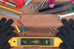 ferramentas de funcionamento Grupo de ferramentas de funcionamento no fundo de madeira Foto de Stock Royalty Free