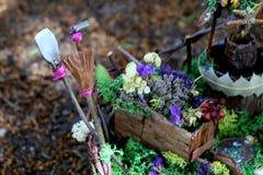 Ferramentas de jardim do país das fadas no jardim do país das fadas Foto de Stock