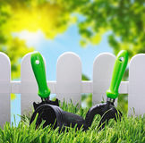 Ferramentas de jardim no gramado da casa Imagens de Stock Royalty Free