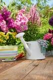 Ferramentas de jardinagem exteriores na tabela de madeira velha Imagens de Stock Royalty Free