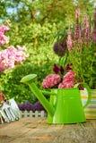 Ferramentas de jardinagem exteriores na tabela de madeira velha Fotografia de Stock