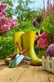 Ferramentas de jardinagem exteriores na tabela de madeira velha Foto de Stock