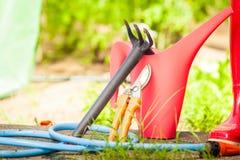 Ferramentas de jardinagem exteriores no jardim Fotos de Stock