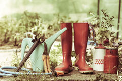 Ferramentas de jardinagem exteriores no jardim Fotos de Stock Royalty Free
