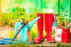 Ferramentas de jardinagem exteriores no jardim Imagem de Stock Royalty Free