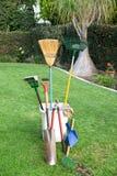Ferramentas de jardinagem na grama Fotografia de Stock Royalty Free