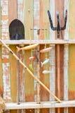 Ferramentas de jardinagem que penduram na parede de madeira Fotografia de Stock Royalty Free