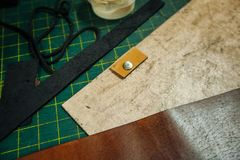 Ferramentas de Leatherworking O rebitador, o furador, a régua, os alicates, as borlas, o lápis, as partes de couro, os rebites e  imagens de stock royalty free