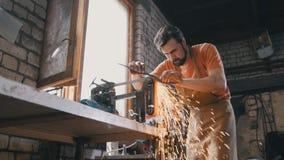 Ferramentas de moedura do metal com sparkles - forje a oficina Fotos de Stock Royalty Free