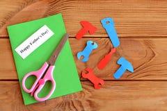 Ferramentas de papel, tesouras, grupo para o father& x27 do cartão; dia de s Father& feliz x27; dia de s Como fazer um cartão Con Fotografia de Stock