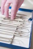 Ferramentas dentais com uma mão gloved Fotos de Stock Royalty Free