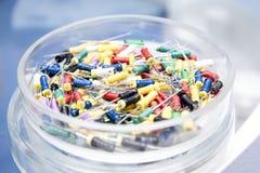 Ferramentas dentais na caixa redonda de vidro Instrumentos dentais - k-arquivos fotografia de stock