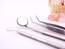 Ferramentas dentais no fundo branco Imagem de Stock