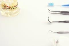 Ferramentas dentais no fundo branco Fotografia de Stock