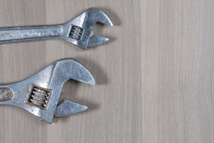 Ferramentas diferentes em um fundo de madeira Chave ajustável Foto de Stock Royalty Free