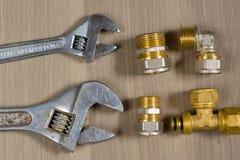Ferramentas diferentes em um fundo de madeira Chave ajustável e peças para sondar Imagens de Stock