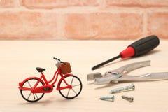 Ferramentas diminutas da bicicleta e da manutenção na madeira Imagem de Stock Royalty Free