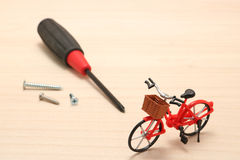Ferramentas diminutas da bicicleta e da manutenção na madeira Fotografia de Stock Royalty Free