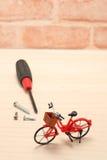 Ferramentas diminutas da bicicleta e da manutenção na madeira Fotos de Stock