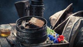 Ferramentas do apicultor do vintage com favos de mel, chapéus e mel Fotos de Stock Royalty Free