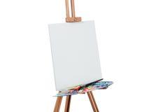 Ferramentas do artista Brushes, tripé de madeira da armação, paleta colorida fundo branco, estúdio, ninguém Isolado fotografia de stock royalty free