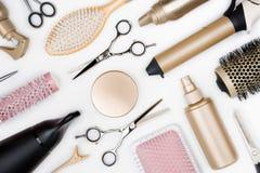 Ferramentas do cabeleireiro e várias escovas de cabelo na opinião superior do fundo branco fotos de stock