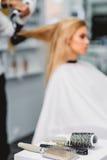 Ferramentas do cabeleireiro em uma tabela foto de stock royalty free