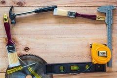 Ferramentas do carpinteiro na placa de madeira Imagens de Stock