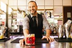 Ferramentas do empregado de bar para misturar o álcool imagem de stock