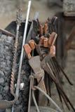 Ferramentas do ferreiro ao lado da forja foto de stock
