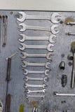 Ferramentas do metal da fixação do carro na oficina de reparações Imagens de Stock