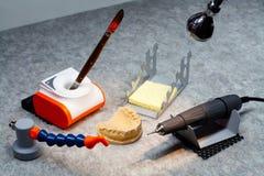 Ferramentas do ortopedista do dentista, local de trabalho do ortopedista dental, escalpelo, cortador de trituração, formulário, m fotografia de stock