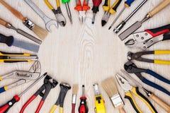 Ferramentas do trabalho na textura de madeira Fotografia de Stock