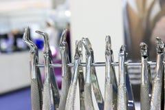 Ferramentas dos dentistas Ferramentas de aço cirúrgicas dos dentistas imagem de stock royalty free